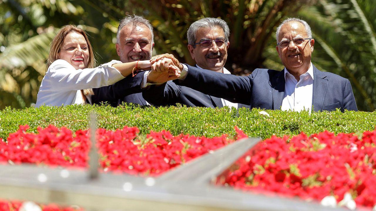 Los firmantes del «pacto de las flores», que permitirá gobernar al socialista Ángel Víctor Torres (segundo por la izquierda) en Canarias