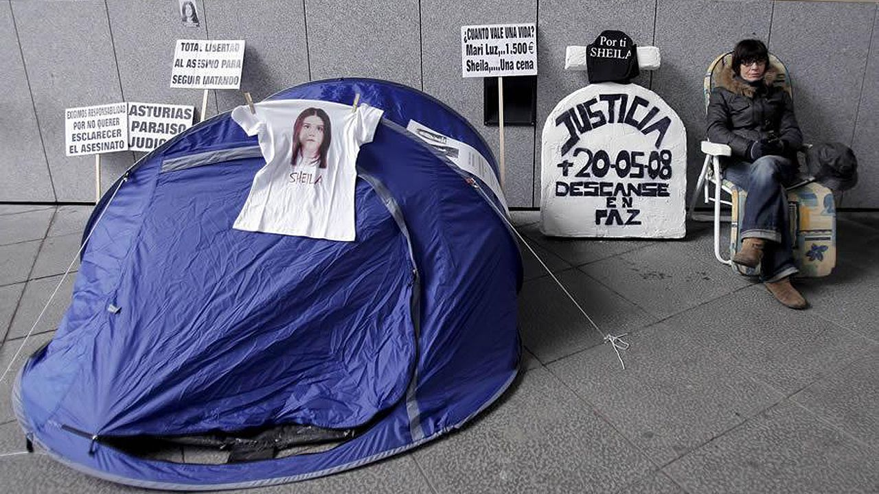 El consejero de Presidencia, Guillermo Martínez, comparece en la Junta General del Principado.La madre de Sheila Barrero, la joven asesinada en el interior de su coche hace cinco años en el puerto de La Collada (Asturias), ha decidido acampar frente al Palacio de Justicia de Oviedo para pedir