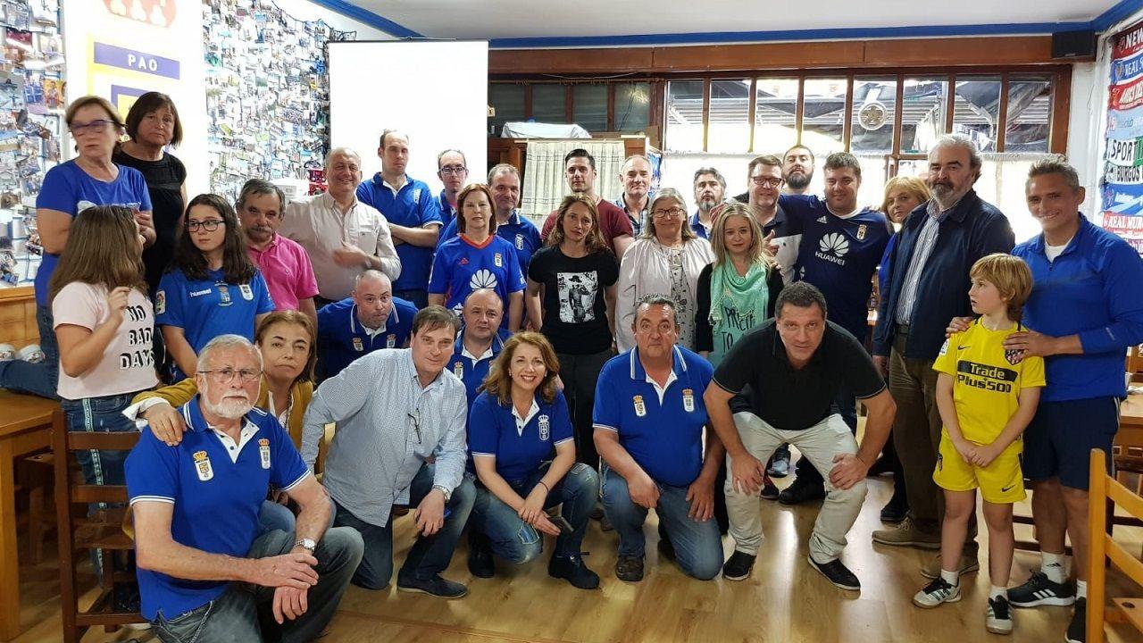 Pompei Peña Azul Olivares Real Oviedo.Pompei, en el centro, durante su visita a la Peña Azul Olivares