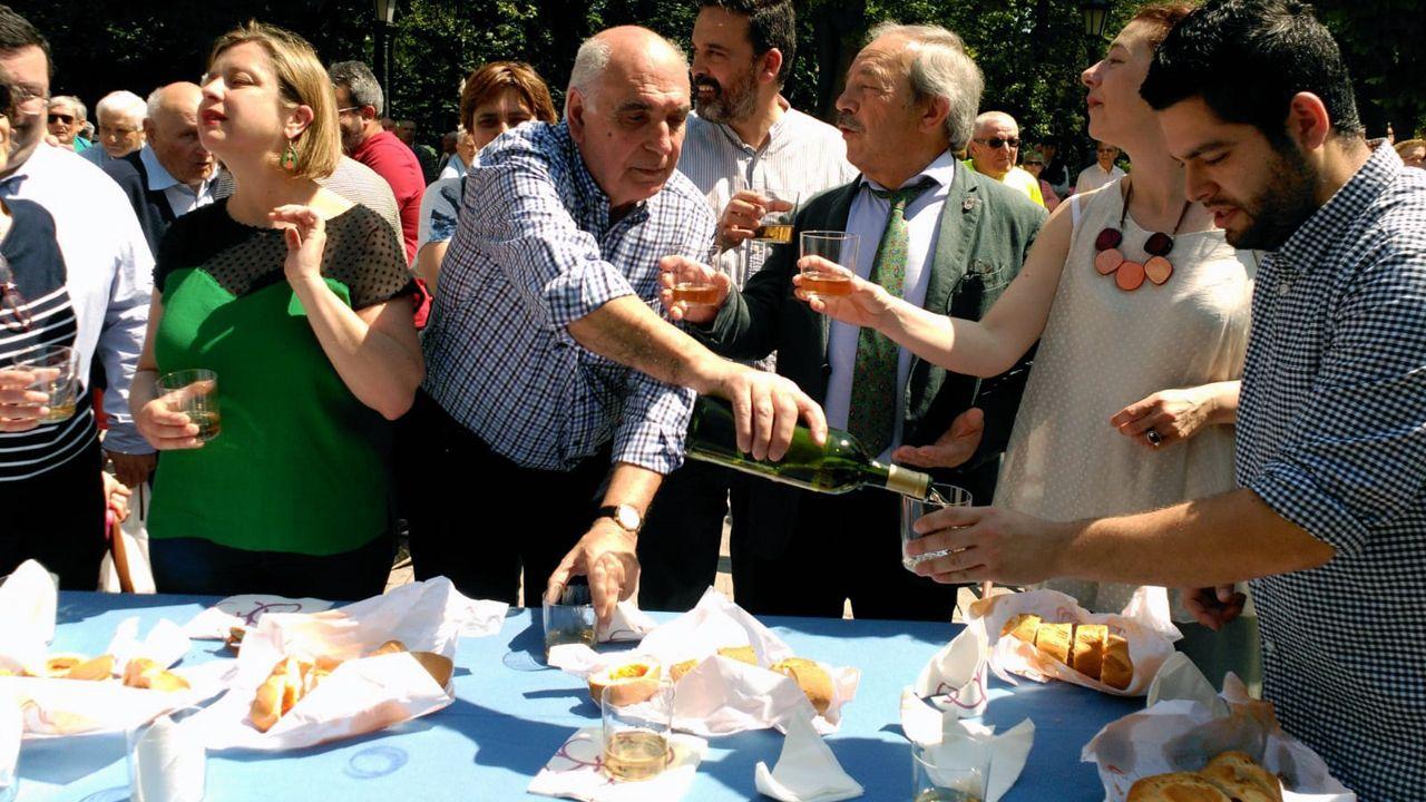 La corporación municipal, con el alcalde, Wenceslao López, al frente, prueba el bollu durante el Martes de Campo