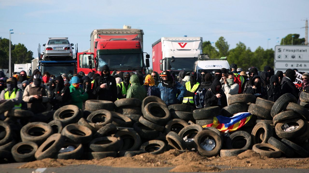 Miembros de los CDR han cortado el acceso desde la autopista AP-7 al CIM Vallès en Santa Perpètua de Mogoda (Barcelona), un importante centro logístico