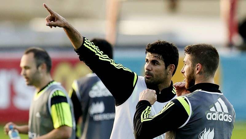 Primer entrenamiento en Curitiba.Scolari señala a Neymar durante la rueda de prensa