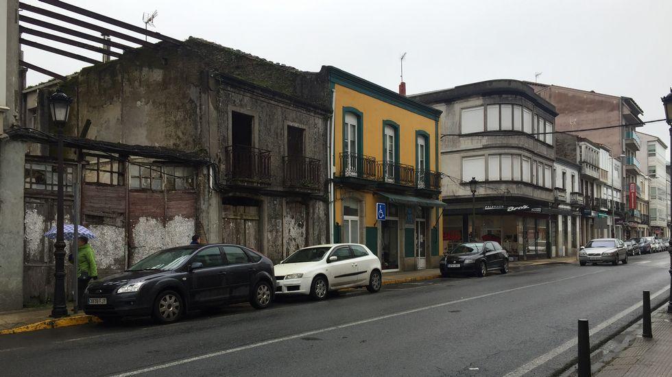 La visita a Lugo de Reyes Maroto, en imágenes.Arcón frigorífico de grandes dimensiones y partes de una nevera abandonados en un cruce del Camiño a los pies del mojón que señala el kilómetro 102,161 de la ruta.