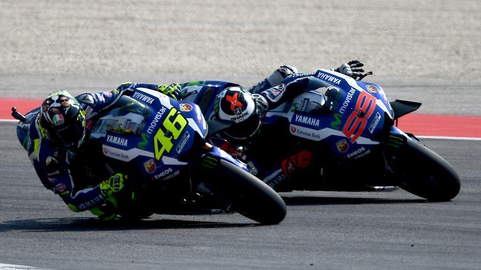 Rossi y Lorenzo, durante la carrera de Misano