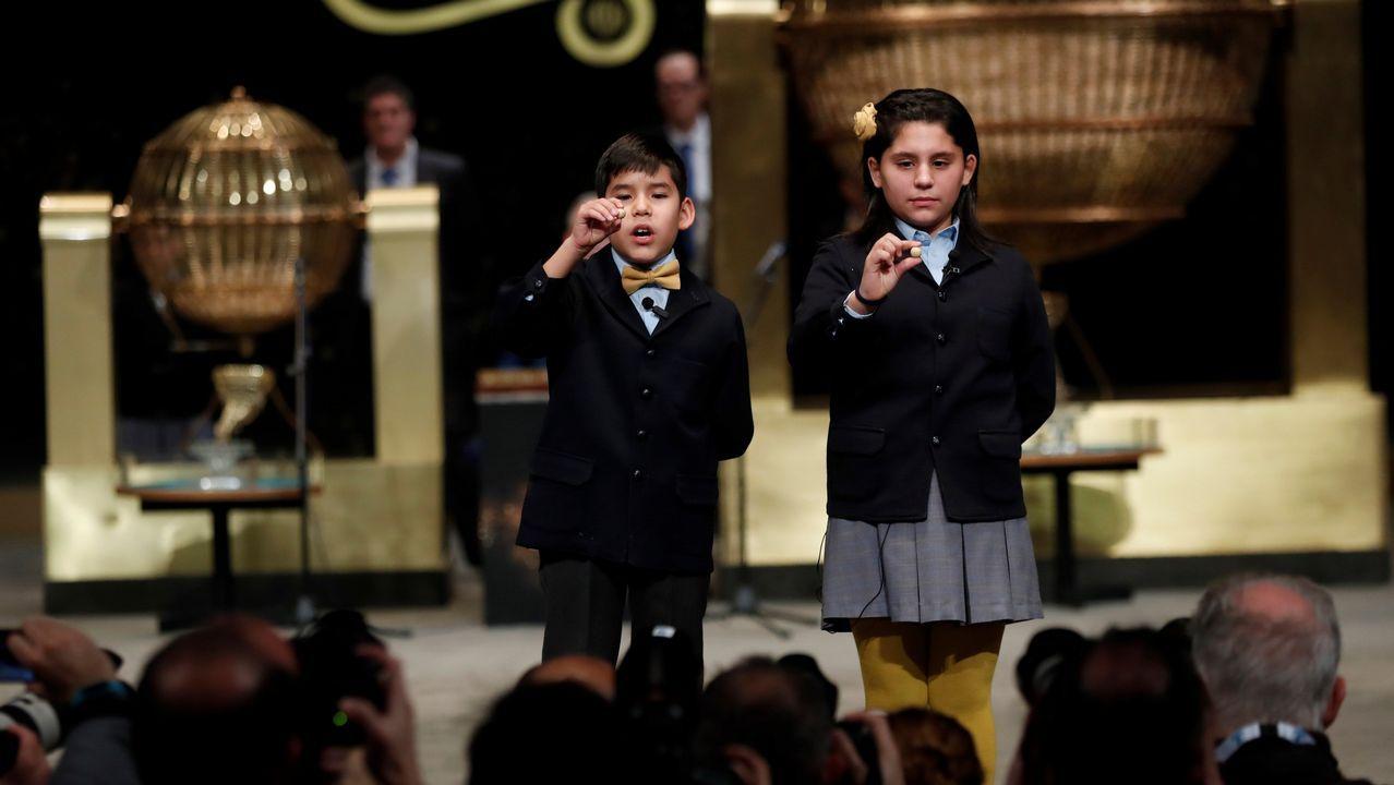 Nerera Pareja y Alonso Dávalos, la primera pareja de niños en cantar en el sorteo enseñan el segundo premio, el 21.015