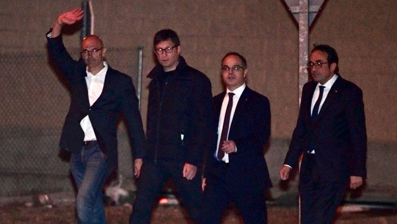 Los exconsejeros catalanes salen de prisión tras pagar la fianza.