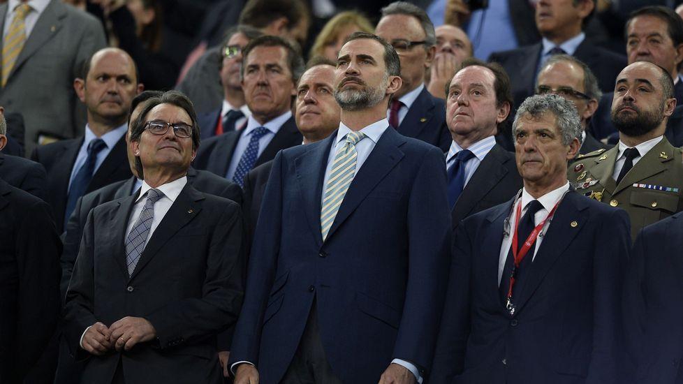 .Probablemente, uno de los momentos más embarazosos a los que tuvo que enfrentarse Felipe VI a lo largo de estos últimos 12 meses fue la pitada al himno en el Camp Nou durante la celebración de la final de la Copa del Rey. El gesto de Artur Mas se convirtió en la foto de primera de la mayoría de los periódicos.