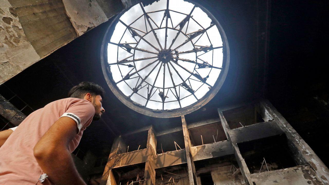 Un iraquí contempla los daños en el edificio que hasta hace poco albergaba el gobierno de Basra.