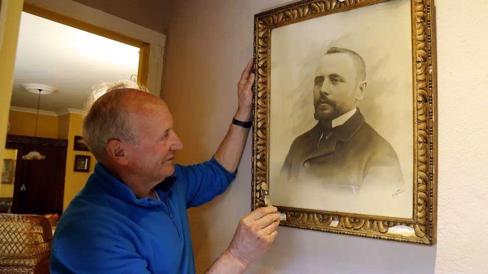 Joaquín Valle, sobrino de José Valle Armesto, ante una vieja fotografía del empresario e inventor gallego