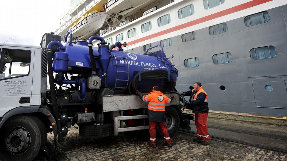 Líquidos, con camiones cisterna. La empresa Marpol Ferrol es la que se encarga de retirar con camiones cisterna los residuos líquidos del barco, la mayoría proceden del funcionamiento del motor del propio buque