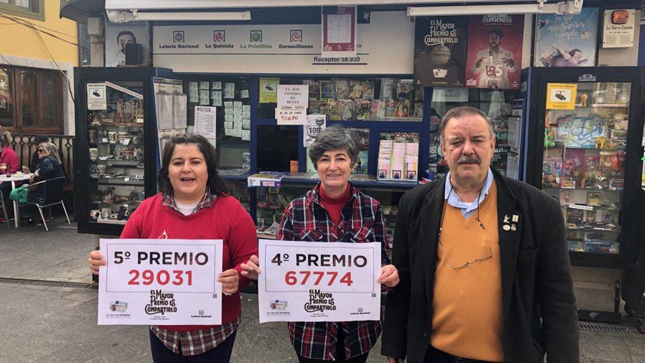 Fatima Ferández, Loli Fernández y Juan Manuel Fernández posan frente al Kiosko Juan en Cangas del Narcea con los carteles del quinto y cuarto premio