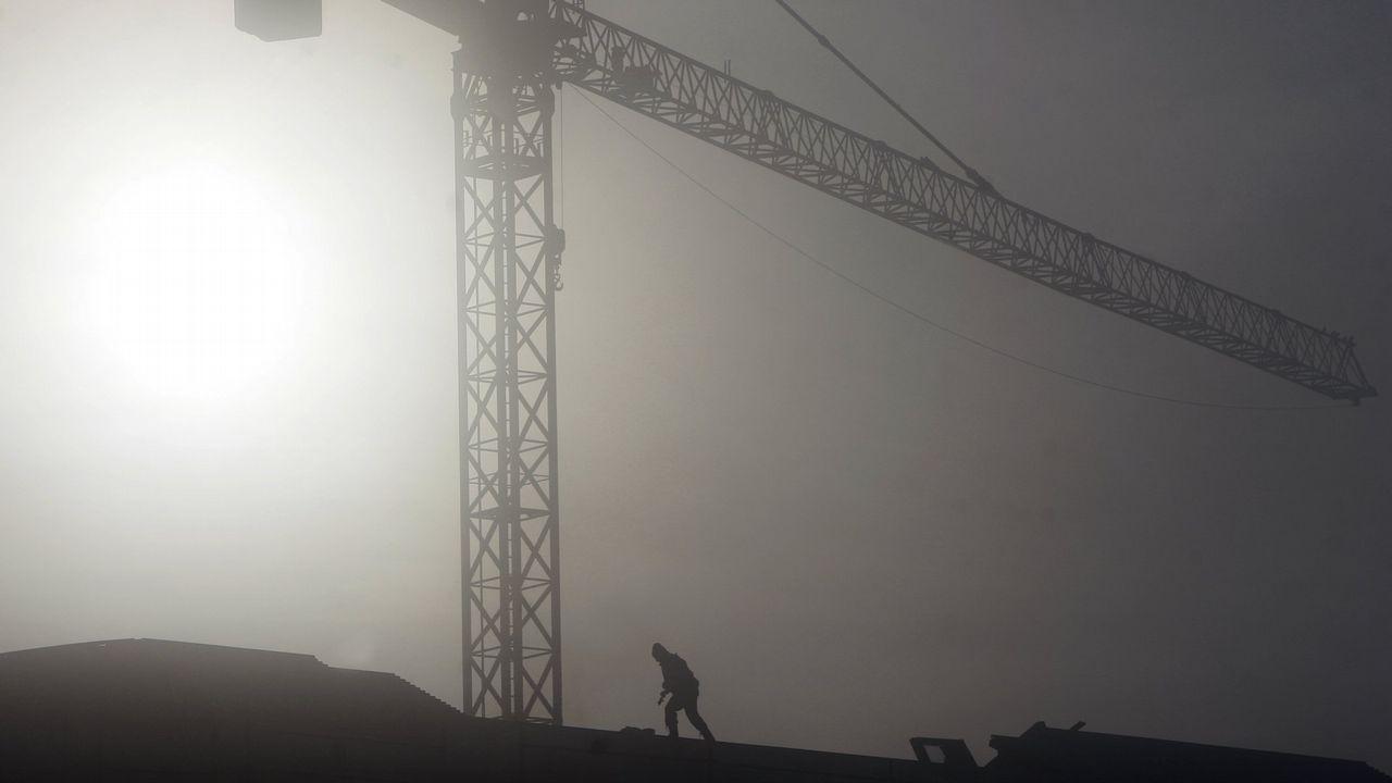 Vista del valle del Trubia con emisiones, niebla y una nube de contaminación.Vista del valle del Trubia con emisiones, niebla y una nube de contaminación