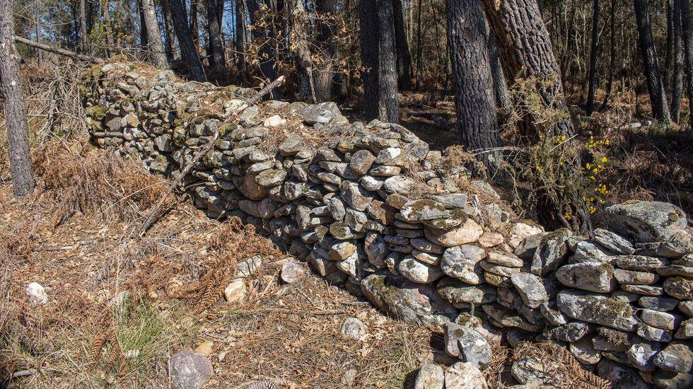 Un muro construido con los numerosos cantos rodados o estériles que fueron desenterrados por la explotación minera