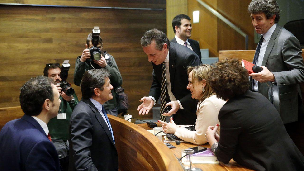 Javier Fernández conversa con el portavoz, Marcelino Marcos Líndez, en presencia del exsecretario de Organización, Jesús Gutiérrez, el consejero Guillermo Martínez y varios diputados socialistas