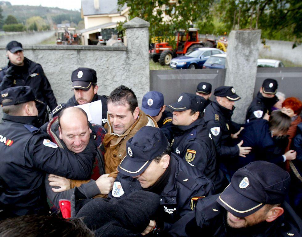 <span lang= es-es >También el martes se produjeron fuertes protestas de vecinos ante numerosos policías.</span>