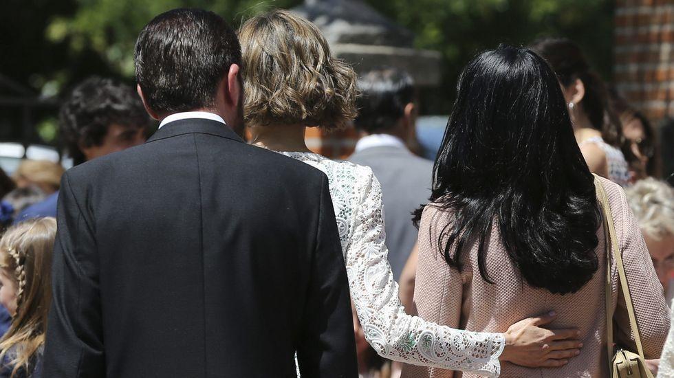 .De espaldas, la reina Letizia y su padre y la mujer de éste, Ana Togores.