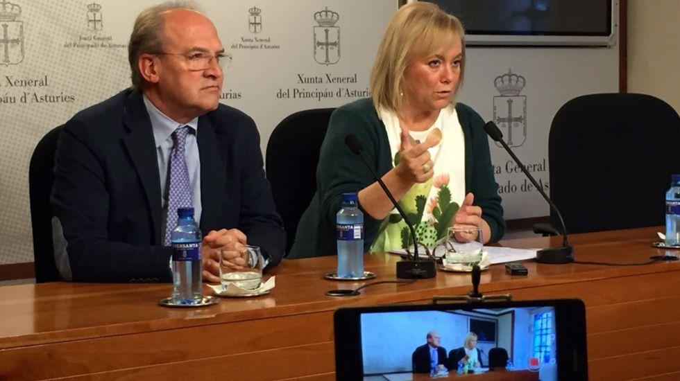 La consejera de Hacienda, Dolores Carcedo, entra en la Junta General del Principado con el proyecto de presupuestos para 2017.José Agustín Cuervas-Mons y Mercedes Fernández