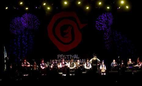 Las llamas devoran O Ézaro.La banda de la Escola de Gaitas de Ortigueira actuó el viernes y hoy cerrará el festival.