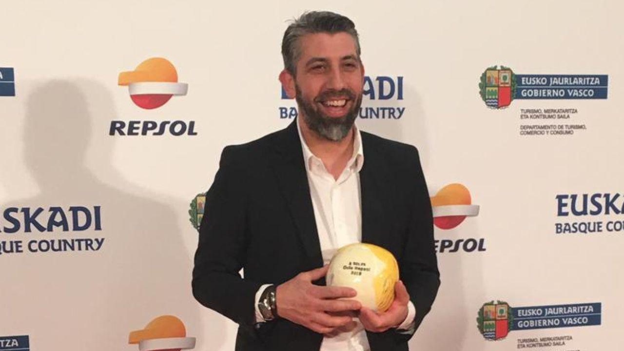Empieza la primavera.Juan Crujeiras, con su galardón de dos soles de la «Guía Repsol», en la gala celebrada en San Sebastián