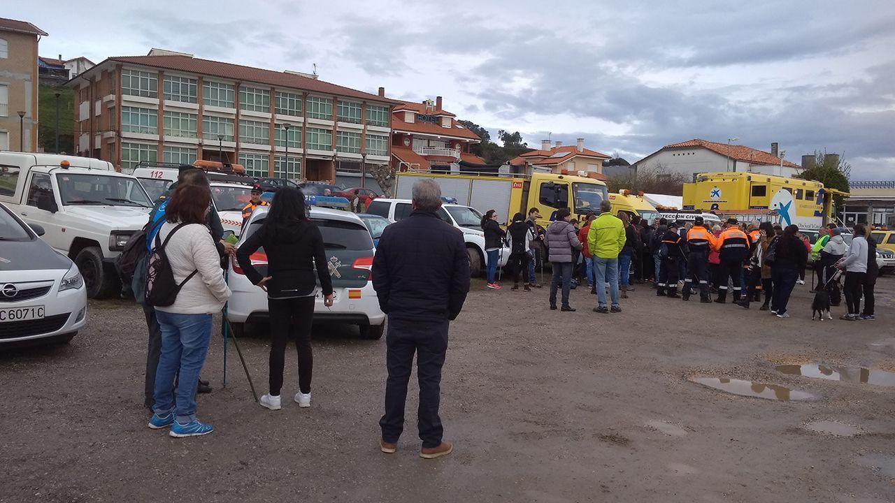 Familiares de Concepción Barbeira y voluntarios en la batida