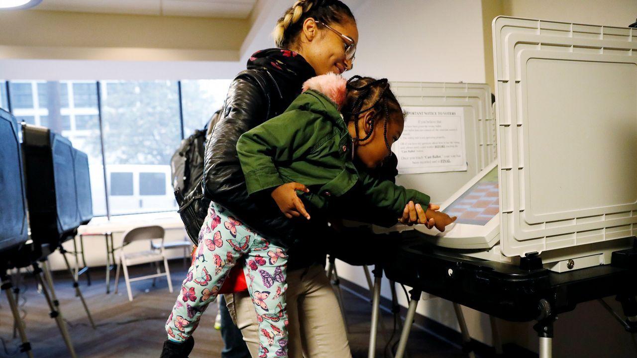 Una mujer y su hija de dos años, votando en Atlanta