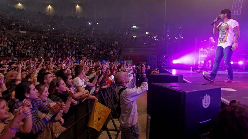 8.500 jóvenes toman el Coliseo para ver a Melendi.King África no se limitó a cantar, sino que también posó con sus admiradores en una larga sesión fotográfica.