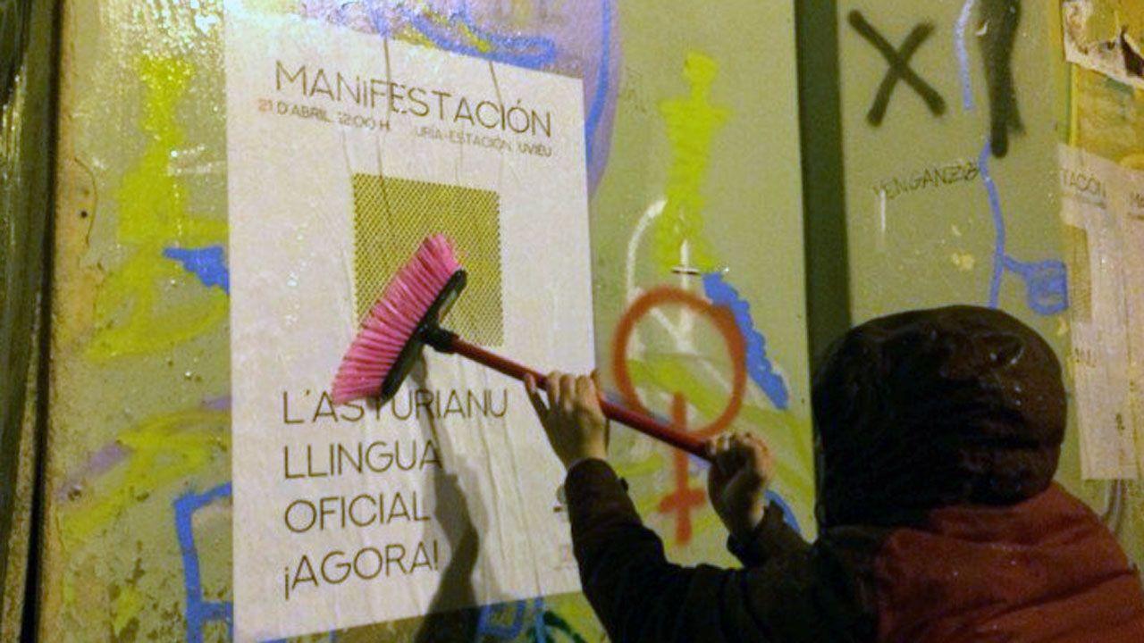 Un trabajador mueve varias urnas en los talleres municipales de donde salen las urnas hacia los colegios electorales.