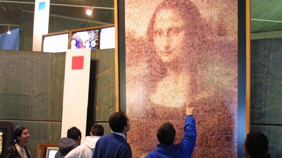 .En la Domus coruñesa puede contemplarse una versión de la «Gioconda», de Leonardo da Vinci, realizada con más de diez mil fotografías de personas de 110 países