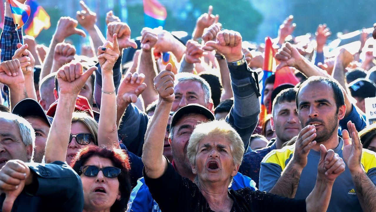 Miles de personas apoyaron ayer a Pashinián en un gran mitin en el centro de Ereván