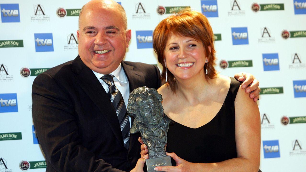 El álbum de los Premios Platino.Agustín Almodóvar junto a Esther García posando con el Premio Goya a la mejor dirección por Volver en nombre de Pedro Almodóvar