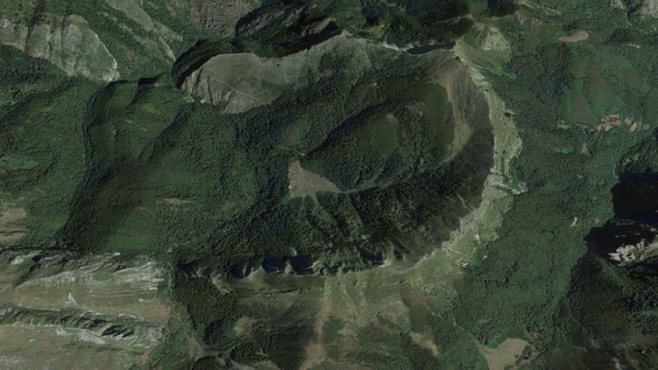 «O Avó», un eucalipto que sí pega sello.Imágen aérea de Brañagallones