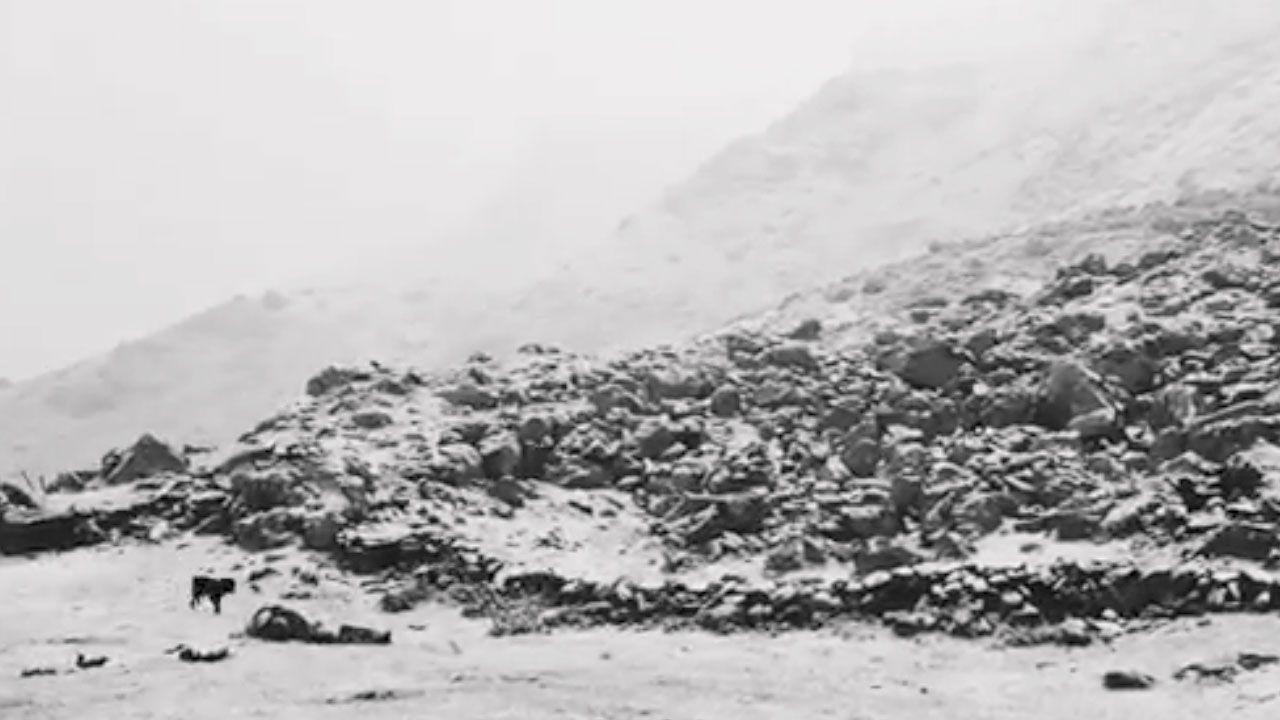 Nieve en el Refugio del Meicín en pleno mes de junio.La playa de San Lorenzo de Gijón, con paseantes, espectadores y bañistas en pleno Sábado Santo