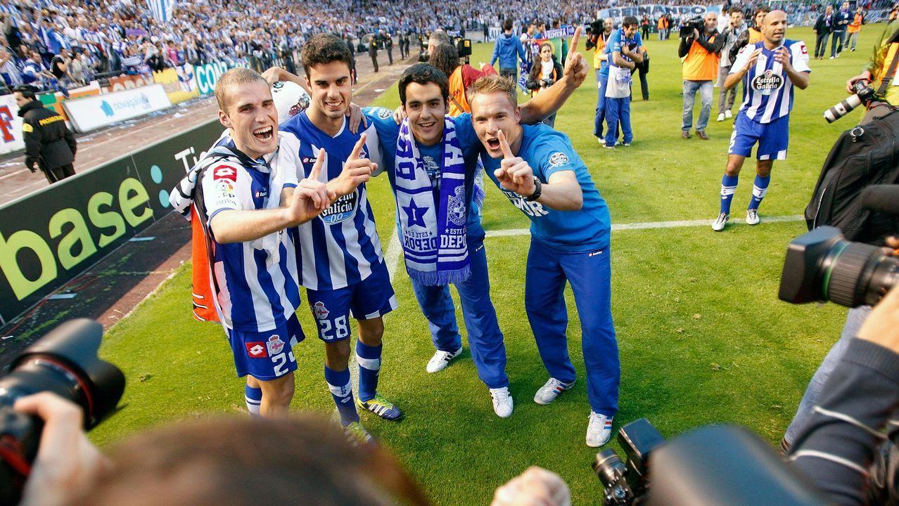 Los canteranos del Deportivo celebran el ascenso en la temporada 2011/2012