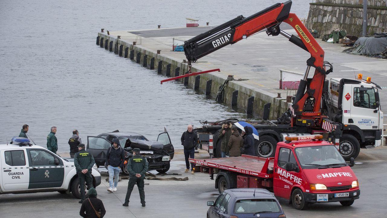 Retirada del coche, que estaba hundido en el puerto