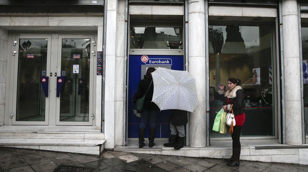 .Los griegos han acelerado la retirada de depósitos en los últimos días. El viceprimer ministro heleno, Yanis Dragasakis, intentó ayer aplacar sus temores asegurando que el primer deber del Gobierno es garantizar «el correcto funcionamiento de los bancos».
