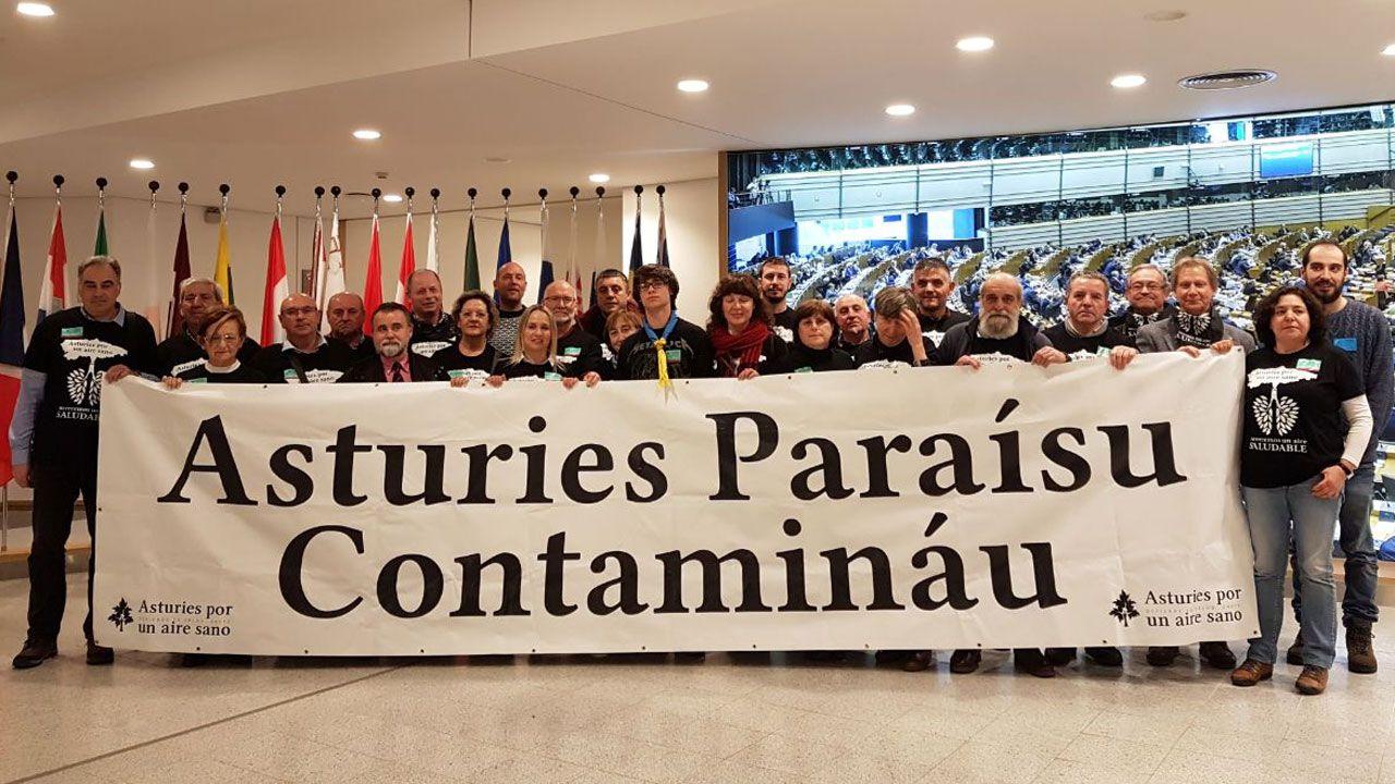 Castillete del pozo Maria Luisa.Miembros de la Plataforma 'Asturies, Paraísu Contamináu' en la Comisión Europea