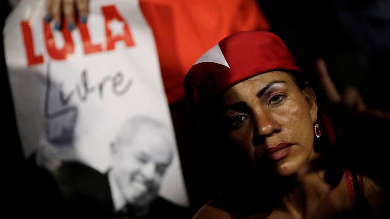 Lula saluda a los simpatizantes que se manifiestan para impedir su ingreso en prisión