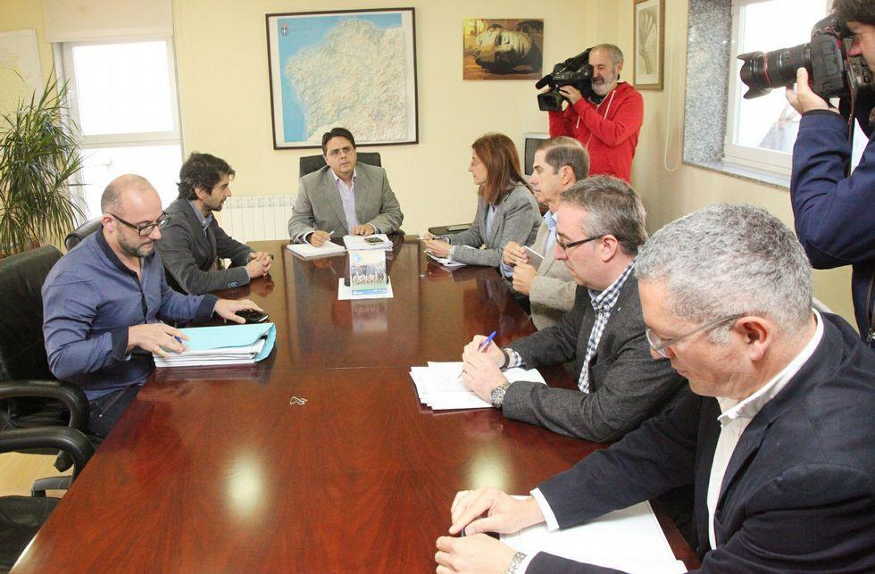 Los representantes municipales se reunieron ayer en Santiago con la Confederación y Augas de Galicia.