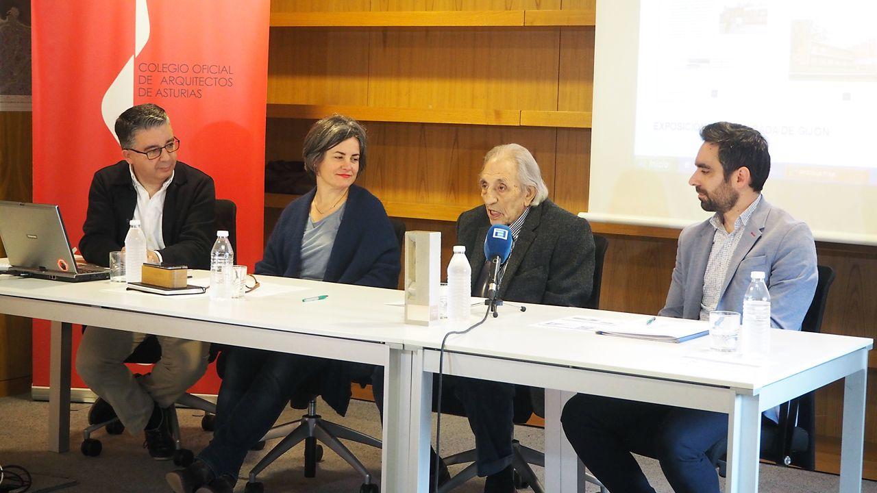 Mariano Marín.José Ramón Puerto (vocal de cultura del COAA), Sonia Puente Landázuri (decana del COAA), Mariano Marín y Valentín Arrieta (arquitectos)
