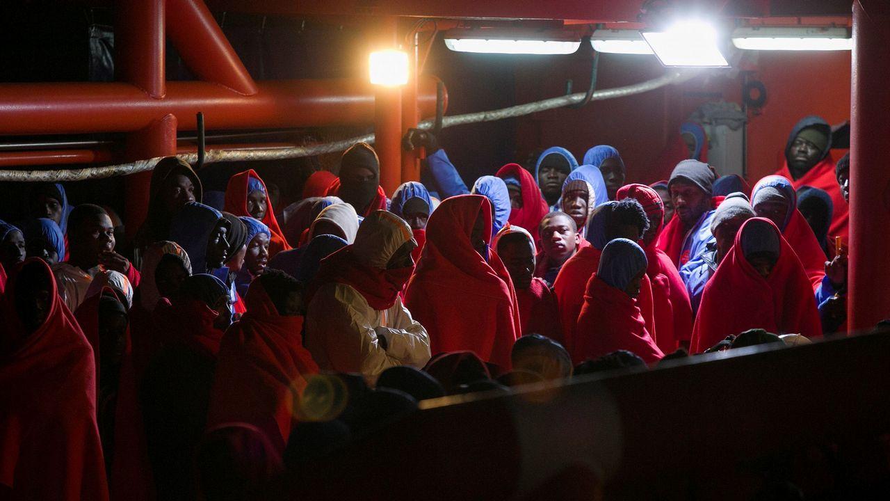 La embarcación de Salvamento Marítimo SAR Mastelero ha trasladado al puerto de Málaga a los 333 inmigrantes que fueron rescatados ayer de seis pateras en el mar de Alborán
