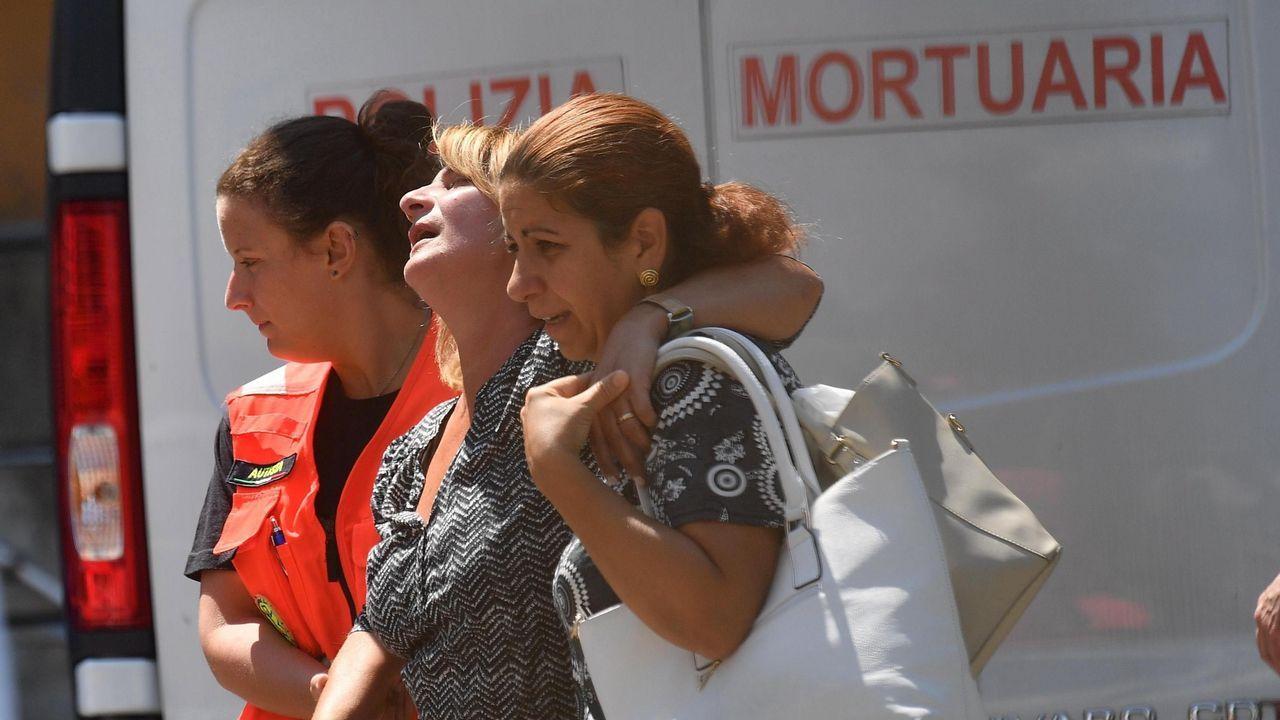 Familiares de las víctimas afectadas por el derrumbe del puente Morandi reciben ayuda médica a la salida del tanatorio del hospital de San Marino en Génova