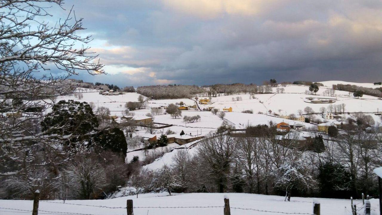 Paisaje helado y nevada del Huerna a la altura del embalse de Barrios de Luna.Los Oscos, una auténtica postal navideña