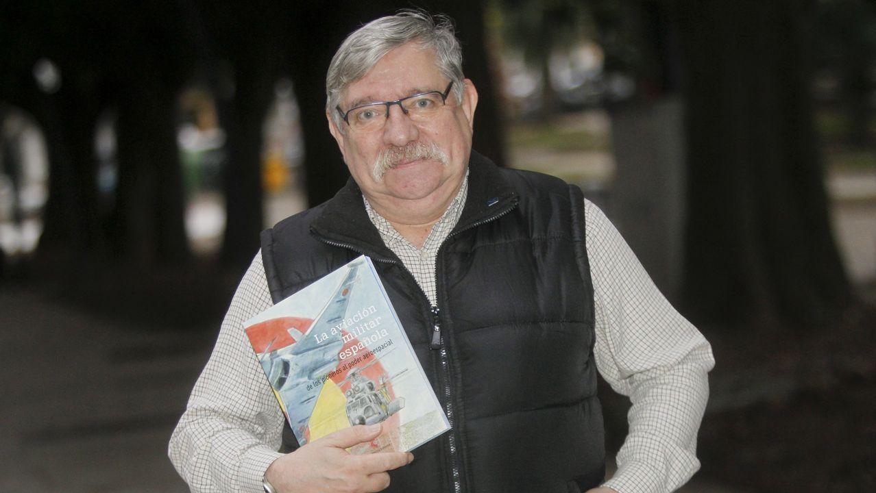 Las imágenes de «Galicia: un lugar para contemplar las estrellas».Permuy, retratado con el libro de historia de la aviación militar española en el que ha colaborado