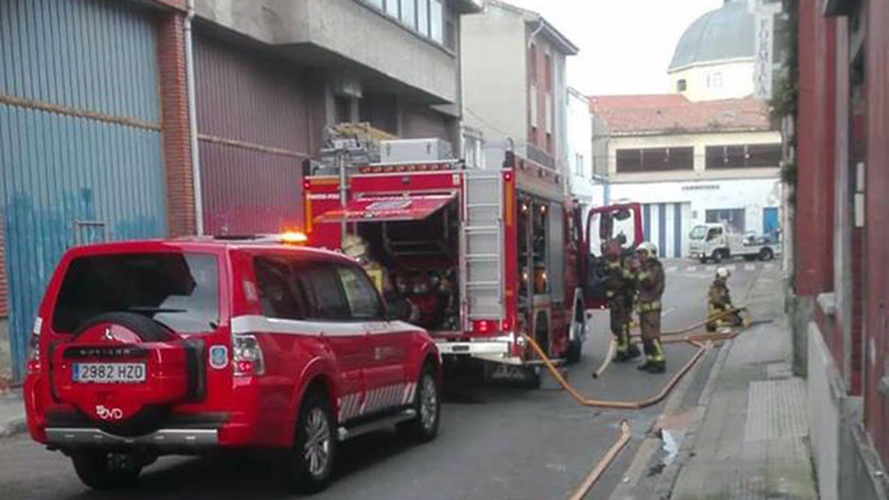 La eurodiputada de IU Ángela Vallina.Los bomberos apagan el fuego en una nave en Almacenes Industriales, en Oviedo
