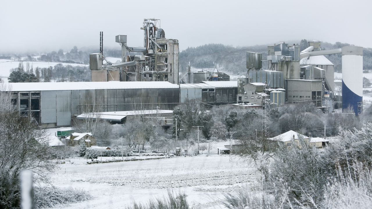 .Fábrica de cementos Cosmos cubierta por la nieve en Oural.