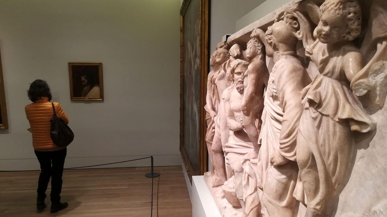 Una espectadora junto a 'Prometeo y Atenea crean al primer hombre'