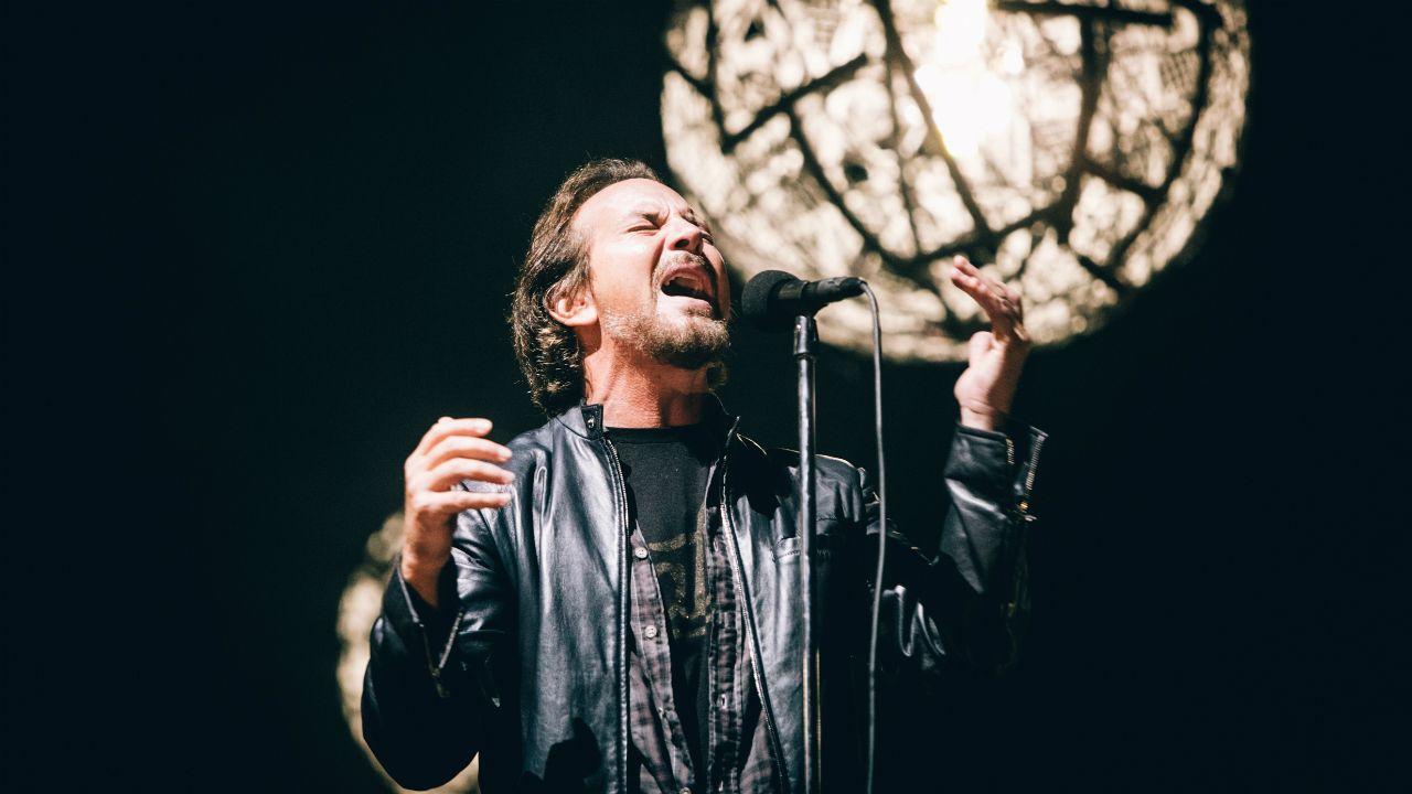 Deslumbrados por las luces.Eddie Vedder durante concierto de su banda Pearl Jam en el festival NOS Alive, en Portugal