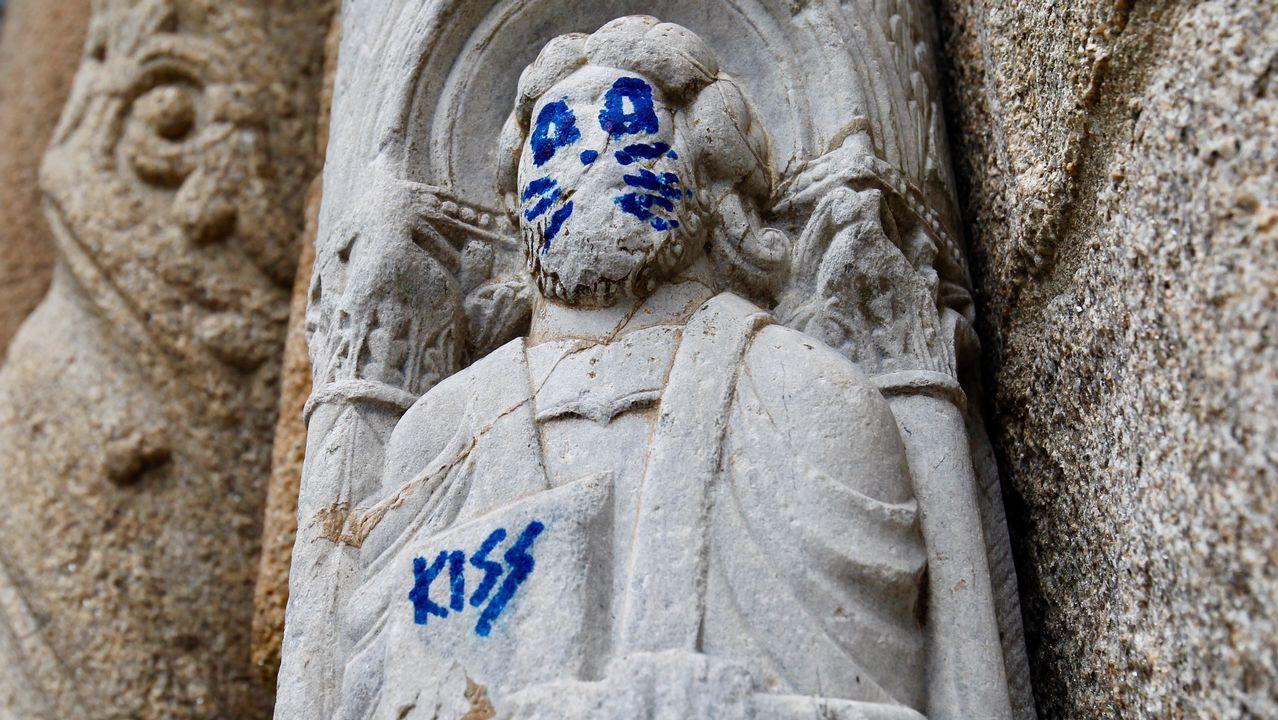 Hacen una pintada en una escultura del siglo XII de la Catedral.Vidriera rota en la fachada del Obradoiro por el futbolista Ronaldinho durante la grabación de un anuncio del Xacobeo 2004