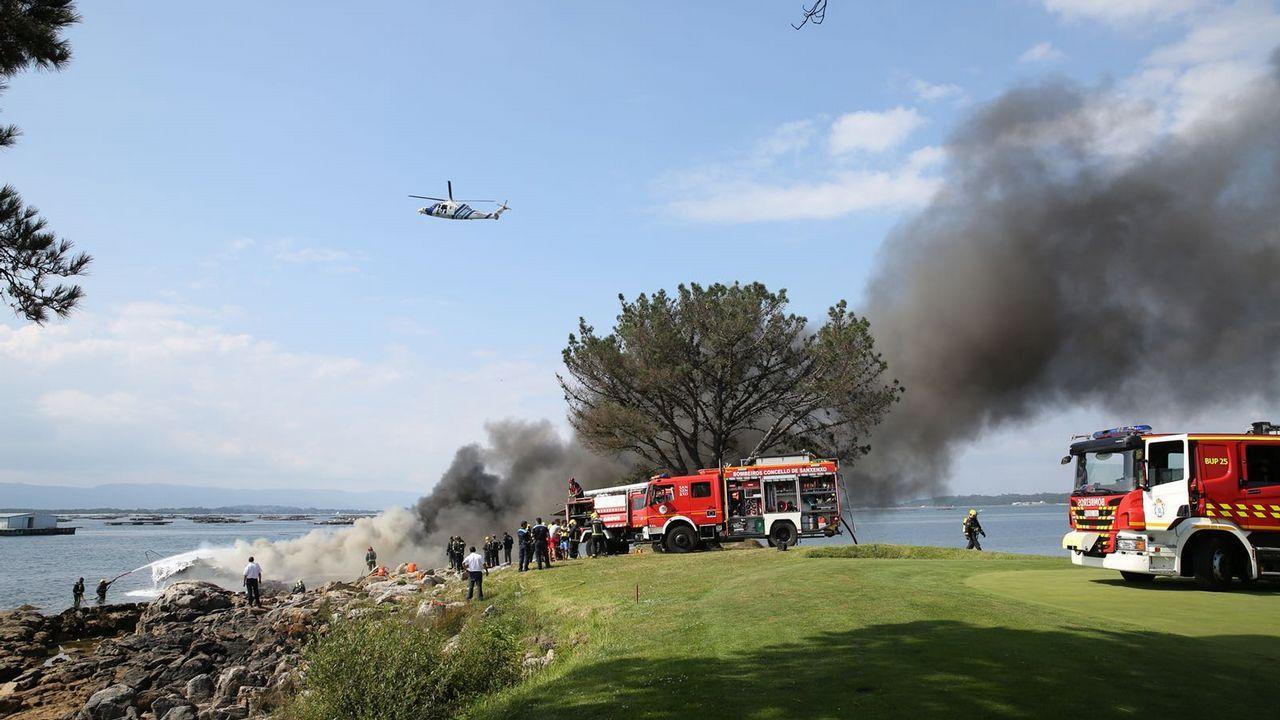 Labores de extinción tras el incendio de un catamarán en Arousa