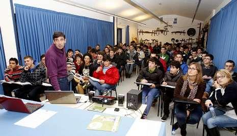 Unos ochenta alumnos de Fonteboa atendieron a las explicaciones de José Rodríguez.